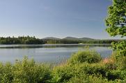 rybník Žár v pozadí s Novohradskými horami