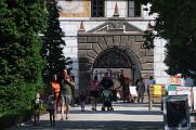 hlavní vstupní brána do areálu zámku