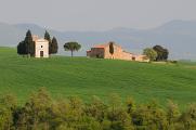 kaplička a usedlost v toskánské krajině III