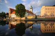 dominikánský klášter s Bílou věží a budova gymnázia