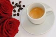 espresso a růže s kávovými zrnky