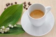 espresso a konvalinka s kávovými zrnky