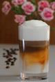 latté macchiato a karafiát s kávovými zrnky