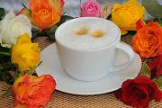 cappuccino v obklopení růží