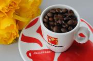 šálek na espresso Hausbrandt a žluté růže
