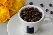 šálek na espresso Lavazza a žluté růže