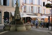 Manosque - kašna na Place de l'Hôtel de Ville