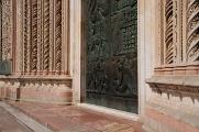 Orvieto - Duomo - detail výzdoby - dveře a basreliéfy