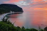 Parco del Conero - ranní červánky nad pláží Sassi Neri San Michele