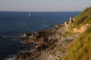 plachetnice u pobřeží Cefalu