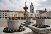 Samson-Brunnen und Schwarzer Turm auf Platz Premysl Otakar II. II